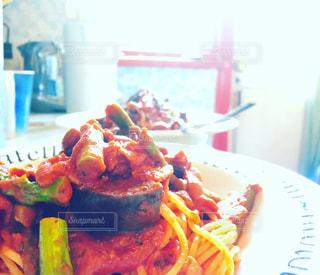 テーブルの上に食べ物のプレートの写真・画像素材[738072]
