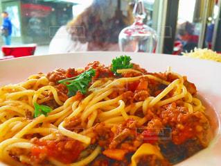 近くにパスタと野菜料理のプレートのアップ - No.738230