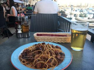 食べ物やビール、テーブルの上のガラスのプレート - No.738800