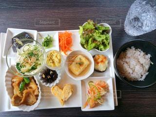 米肉と野菜をテーブルの上に食べ物のプレートの写真・画像素材[740607]