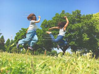 草の中に立っている人々 のカップルの写真・画像素材[742162]