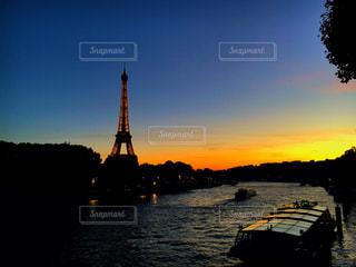 水の体に沈む夕日の写真・画像素材[754295]