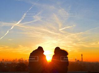 背景にオレンジ色の夕日の写真・画像素材[756723]