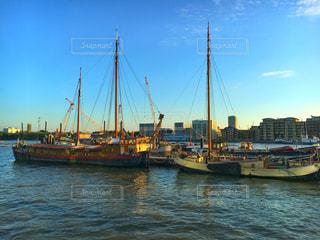 水の隣の港の小さなボート - No.758442