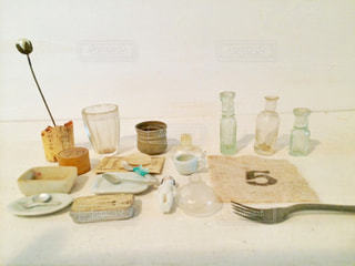 テーブルにガラスの瓶のグループの写真・画像素材[758510]