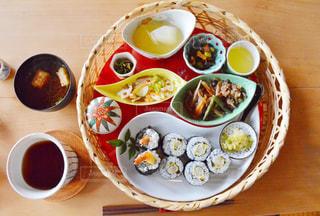 テーブルの上の皿の上に食べ物のボウル - No.758516