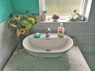 シンクと窓付きのバスルームの写真・画像素材[763226]