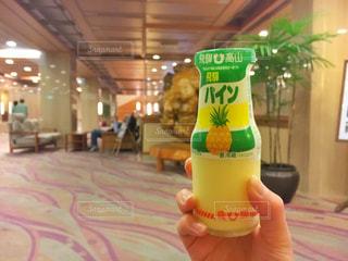 オレンジ ジュースのガラスを保持している人 - No.765857