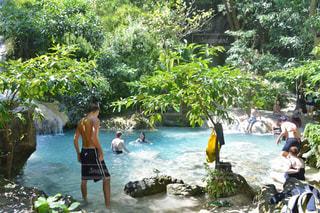 水の体の横に立っている人のグループ - No.767302