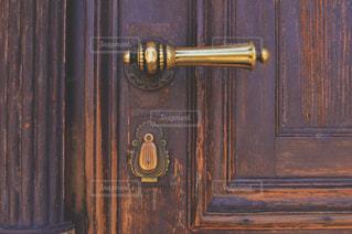 木製のドアの上に時計 - No.769724