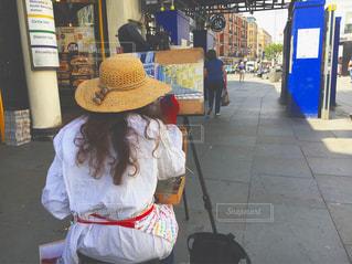 店の前に立っている人の写真・画像素材[769977]