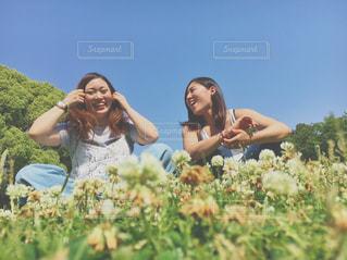 草の中に立っている人々 のカップル - No.769986