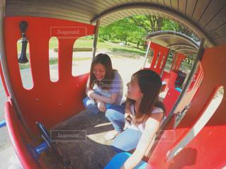 バスに座っている女性の写真・画像素材[770000]