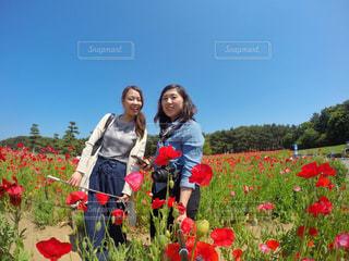 花の前に立っている女性 - No.770177