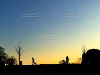日没の前に立っている人々 のグループの写真・画像素材[771326]