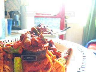 テーブルの上に食べ物のプレート - No.773012