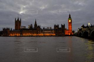 水の体の横にある大きな時計塔の写真・画像素材[788582]
