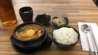 食品やコーヒー テーブルの上のカップのプレートの写真・画像素材[804600]
