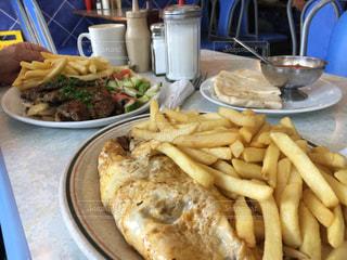 ホットドッグやフライド ポテト、テーブルの上の皿 - No.804620