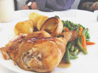 テーブルの上に食べ物のプレートの写真・画像素材[804625]