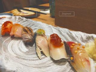 テーブルの上に食べ物のプレートの写真・画像素材[804652]