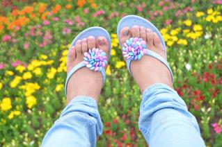 近くに花を持っている人のの写真・画像素材[811792]