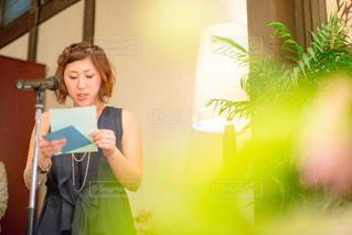 部屋に立っている人の写真・画像素材[817964]