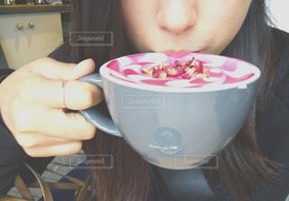 皿の上に座っている女性の写真・画像素材[850575]