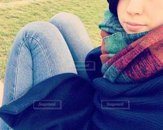 芝生に座っている少女の写真・画像素材[857749]