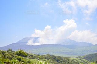 背景の大きな山の写真・画像素材[863129]
