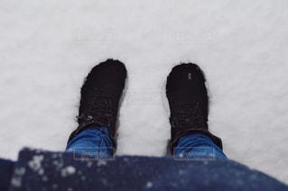 青と黒の靴を履いて足のペアの写真・画像素材[871559]