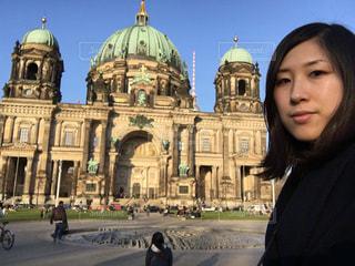 建物の前に立っている女性の写真・画像素材[885705]