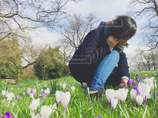 花を持っている人の写真・画像素材[887513]