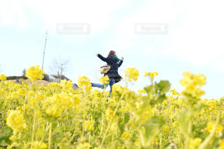 フィールドに黄色の花の男 - No.887581