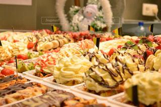 テーブルの上に食べ物のトレイの写真・画像素材[904373]