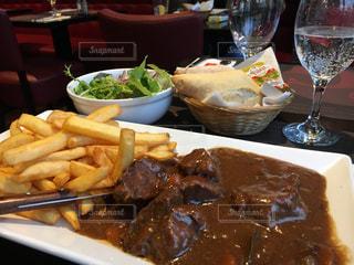 テーブルの上に食べ物のプレートの写真・画像素材[911282]
