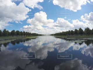 水から出てくる煙と空の雲の写真・画像素材[916329]