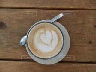 木製テーブルの上のコーヒー カップ - No.927365