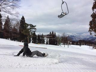 雪をスノーボードに乗る男覆われた斜面 - No.928803