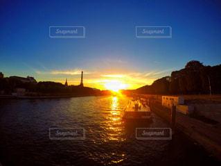 水の体に沈む夕日の写真・画像素材[956466]