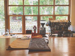ウィンドウの横にある木のテーブルの写真・画像素材[985339]