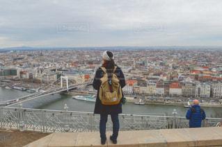 橋の上に立っている人の写真・画像素材[985385]