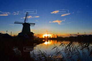 水の体に沈む夕日の写真・画像素材[1018807]