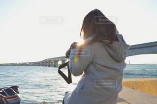 水の体の前で立っている女性の写真・画像素材[1021283]