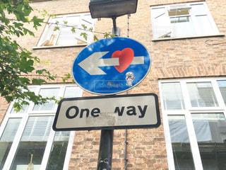 建物の前に道路標識の写真・画像素材[1112768]