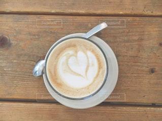 木製テーブルの上のコーヒー カップの写真・画像素材[1112773]