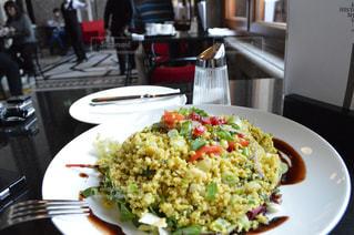 皿のご飯とブロッコリー料理の写真・画像素材[1144848]