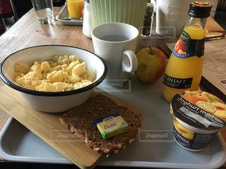 料理とテーブルの上の瓶のプレートの写真・画像素材[1145647]