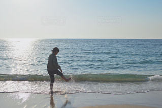 海の隣に立っている人の写真・画像素材[1239212]