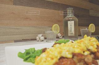 テーブルの上に食べ物のプレートの写真・画像素材[1260373]
